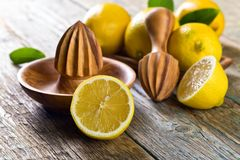 Citrons et presse-fruits image libre de droits