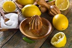 Citrons et presse-fruits photos stock