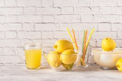 Citrons et presse-fruits pour faire le jus de citron photographie stock