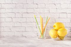 Citrons et presse-fruits pour faire le jus de citron image stock