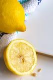 Citrons et tissu sur le fond de conseil blanc avec l'espace de copie Photos libres de droits