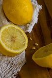 Citrons et tissu sur le fond en bois avec l'espace de copie vertical Image libre de droits