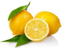 Citrons frais avec des lames de coupure et de vert Images libres de droits