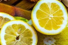 Citrons frais coupés en tranches et dans les halfs Photos libres de droits