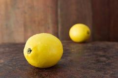Citrons - frais des citrons sur un fond en bois rustique de table Photo libre de droits
