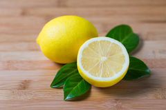 Citrons frais sur une table Photographie stock libre de droits