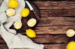 Citrons jaunes dispersés sur le vieux fond en bois photographie stock libre de droits