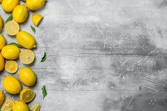 Citrons jaunes juteux avec des feuilles image libre de droits
