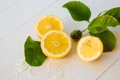 Citrons juteux avec des feuilles sur un fond en bois blanc Citron frais Fond frais d'agrumes photographie stock libre de droits