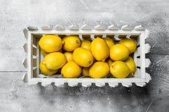 Citrons juteux dans la boîte photos libres de droits