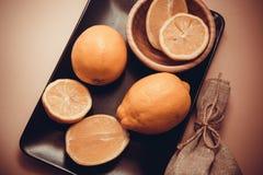 Citrons juteux sur le fond rose Image stock