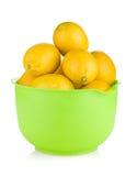 Citrons mûrs frais dans une cuvette Images libres de droits