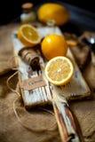 Citrons mûrs juteux sur le conseil blanc brun en bois rustique sur la toile à sac avec le couteau de cru photos libres de droits
