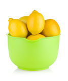 Citrons mûrs frais dans une cuvette Photographie stock