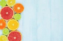 Citrons, oranges et limettes Oranges, chaux, pamplemousses, mandarines et citrons Photographie stock libre de droits