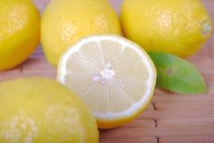 Citrons se trouvant sur une serviette en bois Photos libres de droits