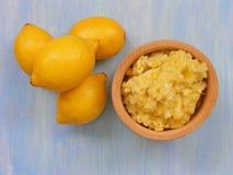 Citrons sur un fond en bois bleu avec la purée des citrons dans le plat en bois Photos libres de droits