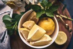 Citrons sur une tasse Image stock