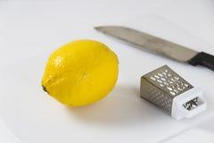 Citronskalare och kniv Arkivfoton