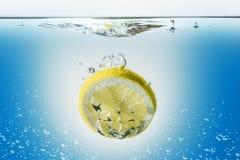 Citronskiva i vatten Fotografering för Bildbyråer