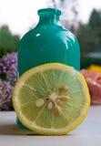 Citronskiva med den blåa vasen Fotografering för Bildbyråer