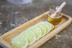 Citronskiva och honungkrus arkivbilder