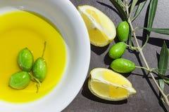 Citronskivor och oliv Arkivbilder