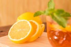 Citrontekopp med citronskivor arkivbild