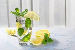 Citronvatten med nya citroner Arkivfoto