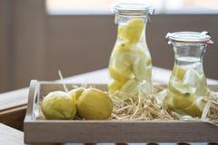 Citronvatten och citroner Royaltyfria Foton