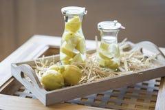 Citronvatten och citroner Arkivbilder