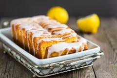 Citronyoghurten släntrar kakan som skivas på plattan Royaltyfri Fotografi