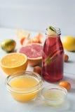 Citrus coctail för Detox på den vita trätabelllodlinjen Royaltyfri Bild