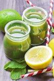 Citrus coctail för Detoxvitamin på lantlig träbakgrund Arkivbilder