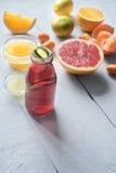 Citrus coctail för kondition på den vita trätabelllodlinjen Royaltyfria Foton