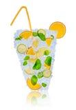Citrus coctail för is med iskuber på vit arkivfoton