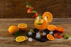 Citrus coctail för sommar på trätabellen Fotografering för Bildbyråer