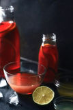 Citrus coctail i den olika glasflaskan och bunken på den mörka stenbakgrunden royaltyfria foton