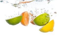 citrus fallande frukt arkivbilder