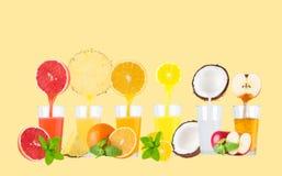 Citrus fruktsaft som flödar från frukter in i exponeringsglaset på pastellfärgad bakgrund Arkivfoto