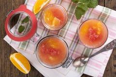 Citrus gelé i en exponeringsglaskrus royaltyfria bilder