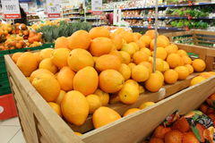 Citrus i en supermarket royaltyfria foton