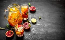 citrus klar text för bakgrund Ny citrus fruktsaft med skivor av limefrukter, apelsiner, grapefrukter och citroner Royaltyfri Foto