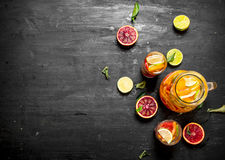 citrus klar text för bakgrund Ny citrus fruktsaft med skivor av limefrukter, apelsiner, grapefrukter och citroner Fotografering för Bildbyråer