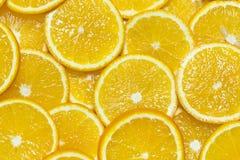 Citrusa mogna saftiga skivor för bakgrund av den orange citronen Arkivbilder