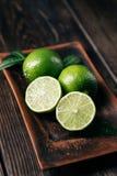 Citrusa nya limefrukter, bakgrund för tropiska frukter fotografering för bildbyråer
