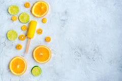 Citrusa skivor med fruktisglassar på åtlöje för bästa sikt för tabellbakgrund upp Royaltyfria Foton