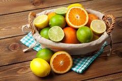 Citrusfrukter i korg Apelsiner, limefrukter och citroner Arkivbild