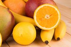 Citrusfrukter och bananer Royaltyfri Foto