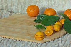 Citrusfrukter på träkökbräde Royaltyfri Fotografi